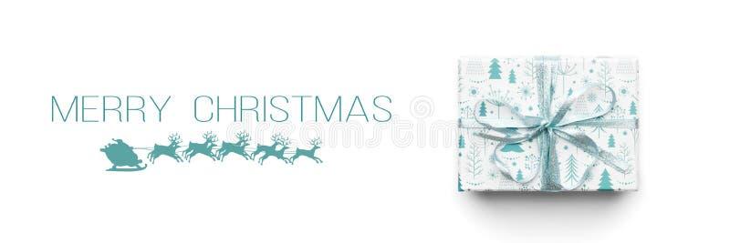 Bandera de la Navidad Regalo hermoso de la Navidad aislado en el fondo blanco Caja envuelta coloreada turquesa de Navidad foto de archivo libre de regalías