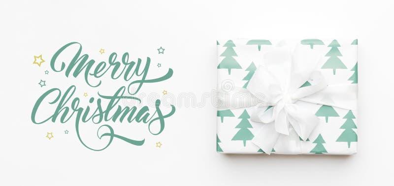 Bandera de la Navidad Regalo hermoso de la Navidad aislado en el fondo blanco Caja envuelta coloreada turquesa de Navidad Envolto imagen de archivo libre de regalías