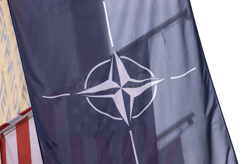 Bandera de la OTAN delante de una bandera de los E.E.U.U. fotografía de archivo libre de regalías