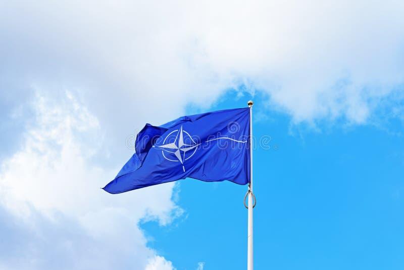 Bandera de la OTAN que agita por el viento fotos de archivo