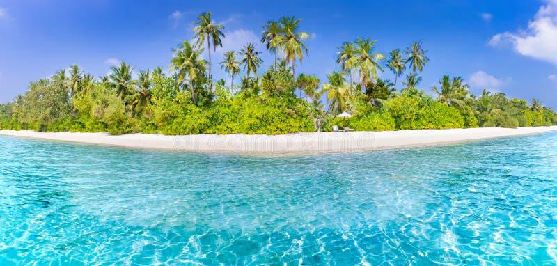 Bandera de la playa y fondo tropicales del paisaje del verano Las vacaciones y el día de fiesta con las palmeras y la isla tropic imagen de archivo libre de regalías