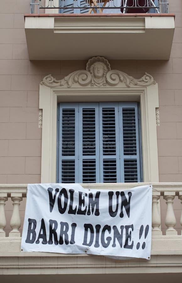 Bandera de la protesta colgada en una fachada del edificio fotos de archivo