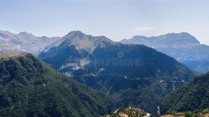 Bandera de la vista panorámica de la montaña en el parque nacional de Tzoumerka, región de Grecia Epirus Montaña imagenes de archivo