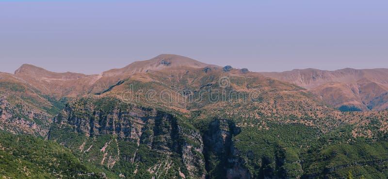 Bandera de la vista panorámica de la montaña en el parque nacional de Tzoumerka, región de Grecia Epirus Montaña imagen de archivo