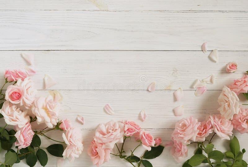 Bandera de las flores Background Ramo de rosas rosadas hermosas en el fondo de madera blanco imágenes de archivo libres de regalías
