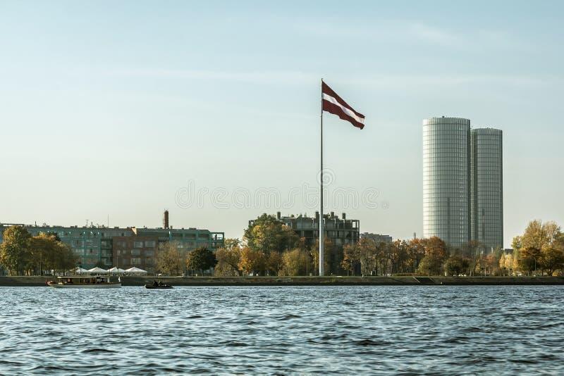 Bandera de Letonia en Riga al lado del Daugava del río imagenes de archivo