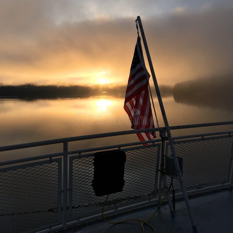 Bandera de los E.E.U.U. en la salida del sol fotografía de archivo