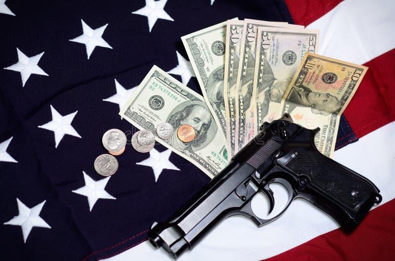 Bandera de los E.E.U.U. con el arma y el dinero fotos de archivo