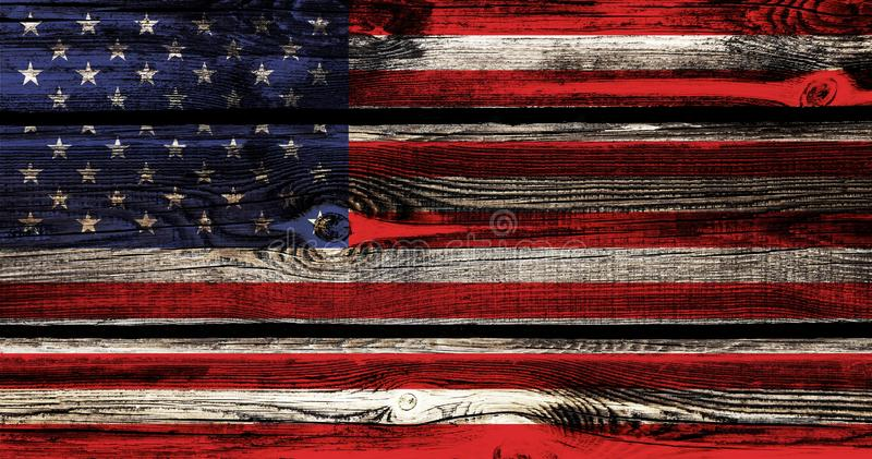 Bandera de los E.E.U.U. el Día de la Independencia en el fondo y la textura de una barra de madera con los nudos foto de archivo