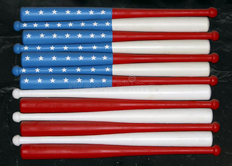 Bandera de los E.E.U.U. en los bates de béisbol en la pared fotografía de archivo libre de regalías