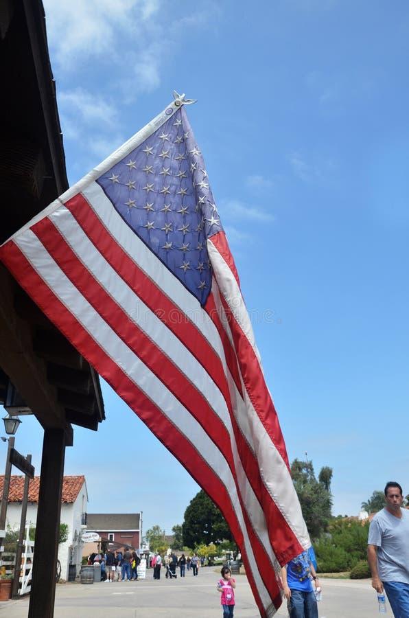 Bandera de los E.E.U.U. en la ciudad vieja San Diego, California fotos de archivo