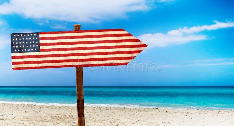 Bandera de los E.E.U.U. en muestra de madera de la tabla en fondo de la playa Es muestra del verano de los E.E.U.U. stock de ilustración
