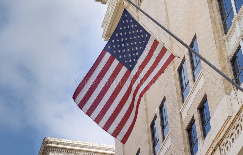 Bandera de los E.E.U.U. exhibida del edificio céntrico de la ciudad de Los Ángeles fotografía de archivo
