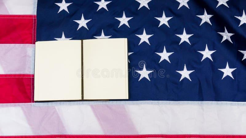 Bandera de los Estados Unidos de América con la nota sobre ella foto de archivo