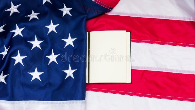 Bandera de los Estados Unidos de América con la nota sobre ella imagen de archivo