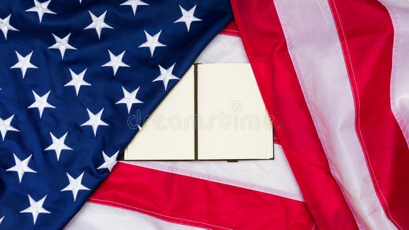 Bandera de los Estados Unidos de América con la nota sobre ella imagenes de archivo
