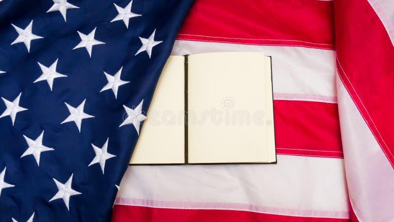 Bandera de los Estados Unidos de América con la nota sobre ella imagen de archivo libre de regalías