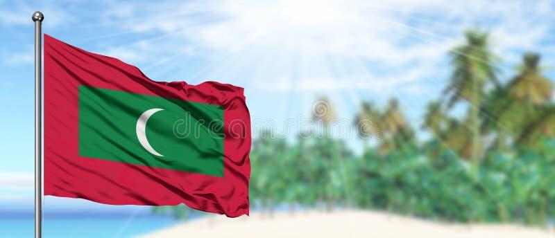 Bandera de Maldivas que agita en el cielo azul soleado con el fondo de la playa del verano Tema de las vacaciones, concepto del d imagen de archivo libre de regalías