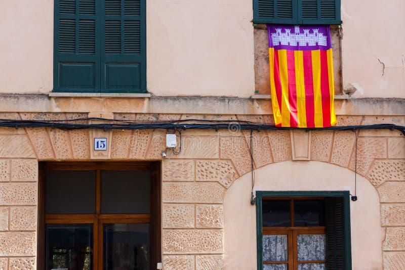Bandera de Mallorca delante de la casa en Esporles, Mallorca, España imagenes de archivo