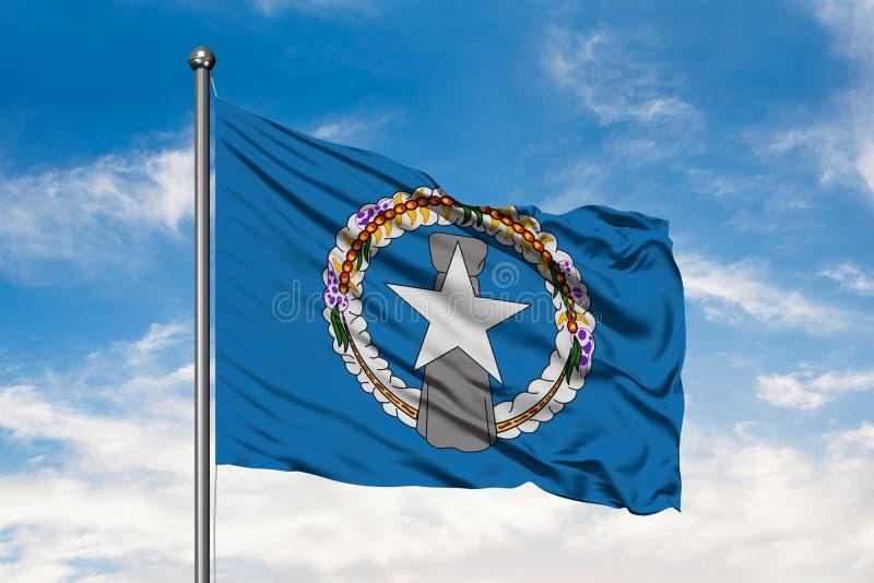 Bandera de Mariana Islands septentrional que agita en el viento contra el cielo azul nublado blanco fotografía de archivo