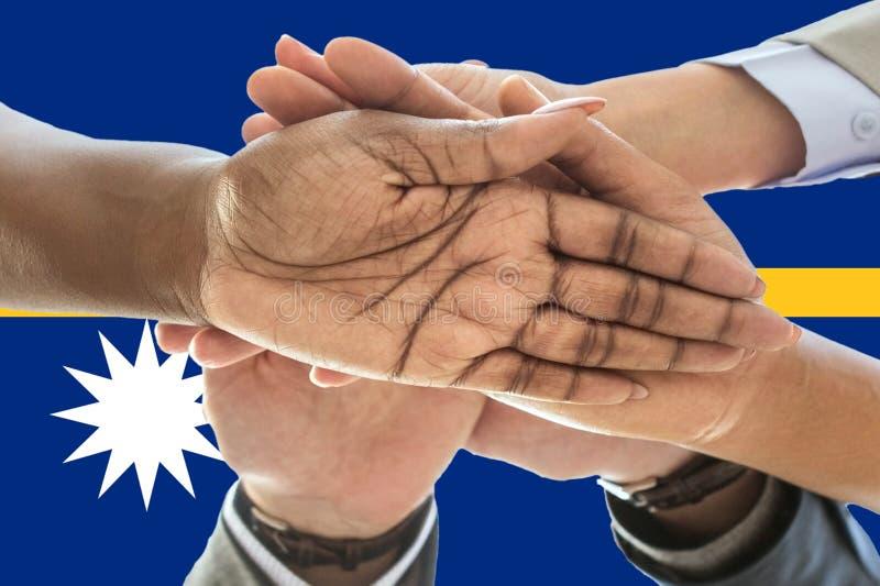 Bandera de Nauru, integración de un grupo multicultural de gente joven imagen de archivo