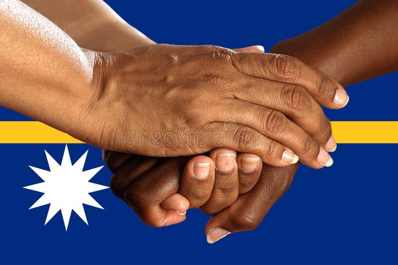 Bandera de Nauru, integraci?n de un grupo multicultural de gente joven imagen de archivo libre de regalías
