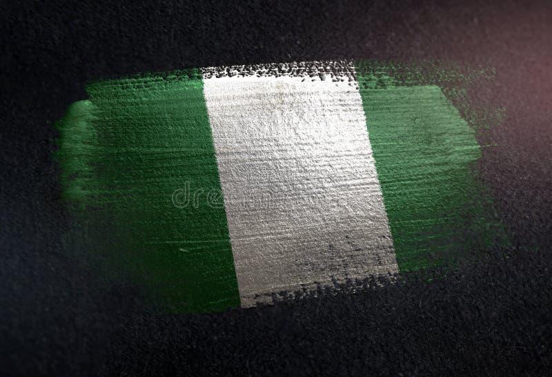 Bandera de Nigeria hecha de la pintura metálica del cepillo en la pared de la oscuridad del Grunge foto de archivo