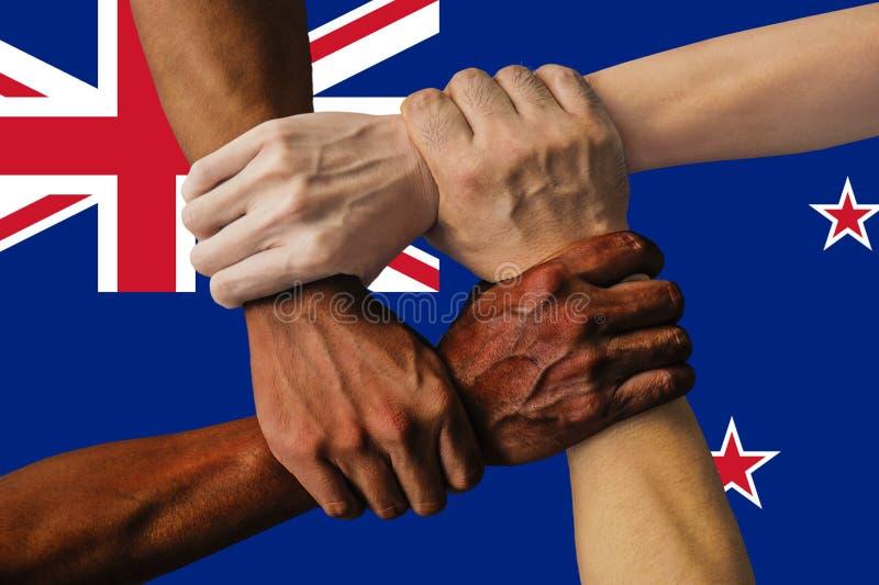 Bandera de Nueva Zelanda, integración de un grupo multicultural de gente joven imágenes de archivo libres de regalías