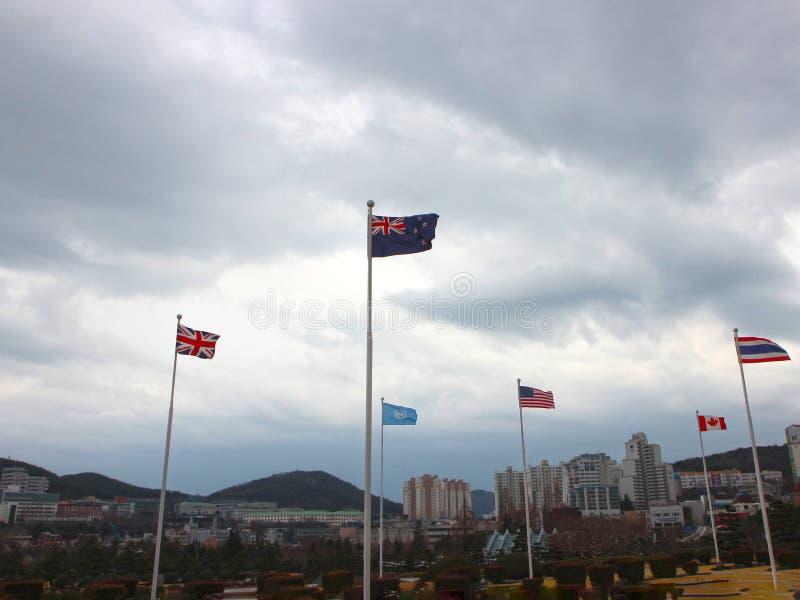 Bandera de Nueva Zelanda que agita en el aire del cementerio conmemorativo de la O.N.U en Busán, Corea del Sur, Asia imagen de archivo libre de regalías