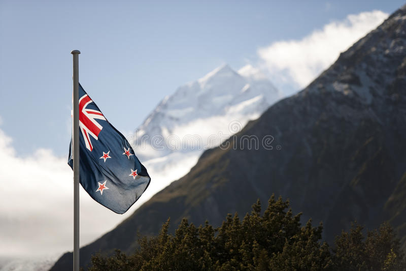 Bandera de Nueva Zelanda y Aoraki/cocinero del soporte imágenes de archivo libres de regalías