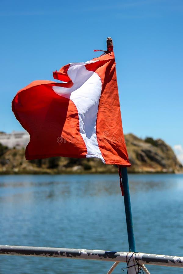 Bandera de Perú en el barco en el lago Titicaca fotografía de archivo libre de regalías