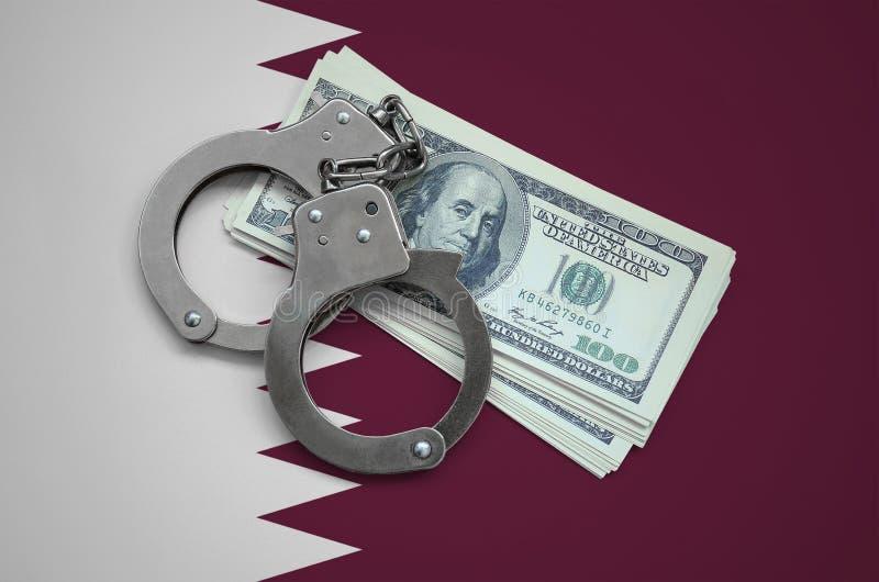Bandera de Qatar con las esposas y un paquete de dólares Corrupción de la moneda en el país crímenes financieros fotos de archivo libres de regalías