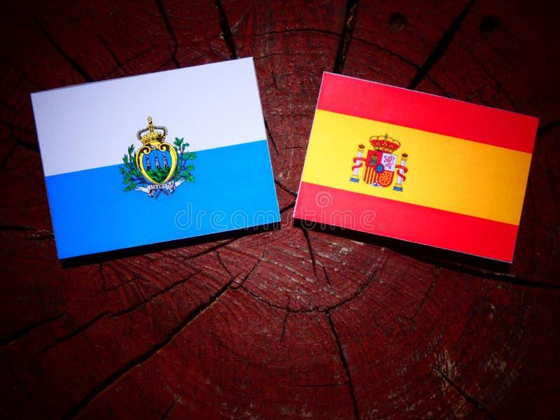 Bandera de San Marino con la bandera española en un tocón de árbol imagen de archivo