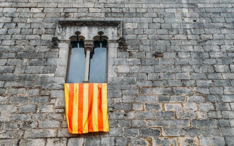 Bandera de Senyera en marco de ventana en Girona, España fotos de archivo libres de regalías
