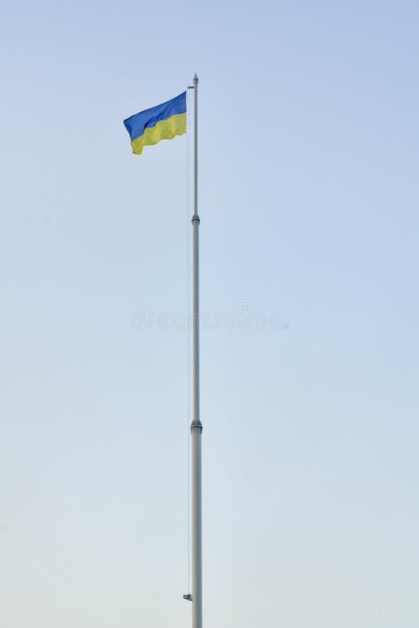 Bandera De Ucrania En La Asta De Bandera Contra El Cielo Azul, Marco ...