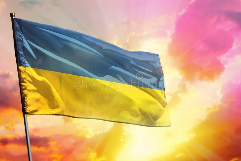 Bandera de Ucrania que agita en fondo colorido hermoso de la puesta del sol o de la salida del sol Diversa bola 3d ilustración del vector