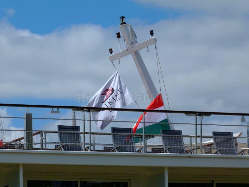 Bandera de una nave de Viking y bandera h?ngara bajada Margaret cerca del accidente del barco el 29 de mayo imagen de archivo libre de regalías
