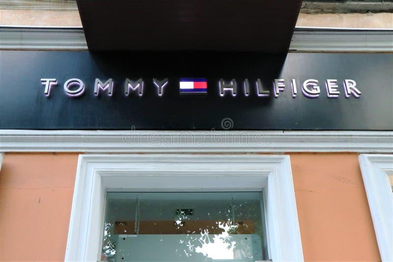 Bandera de una tienda de ropa de Tommy Hilfiger imágenes de archivo libres de regalías