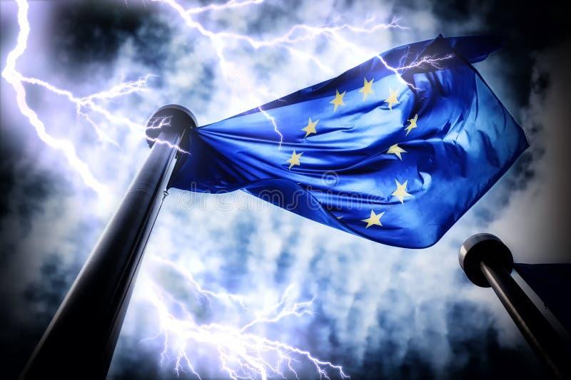 Bandera de unión europea en fondo oscuro del cielo de la tempestad de truenos fotos de archivo