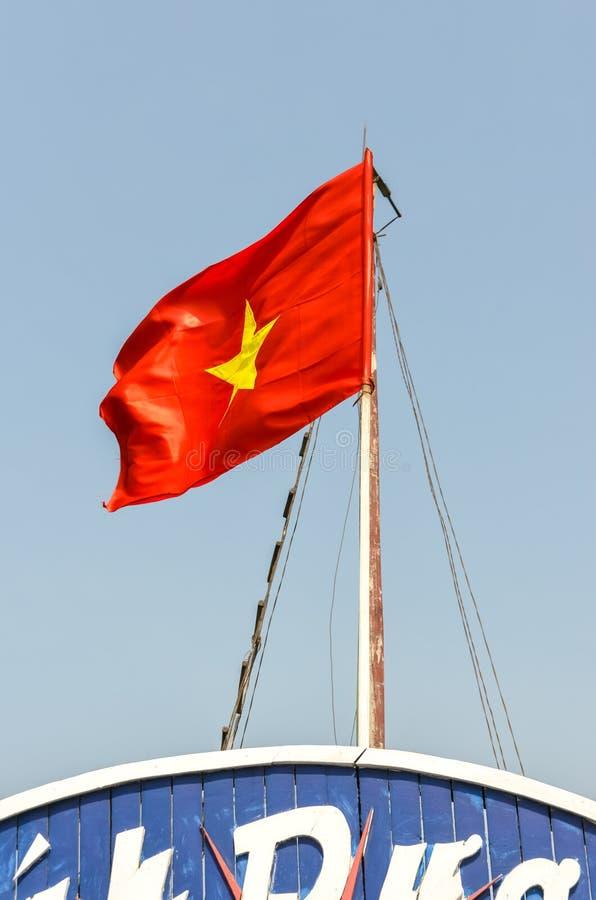 Bandera de Vietnam en polo en la nave imagenes de archivo