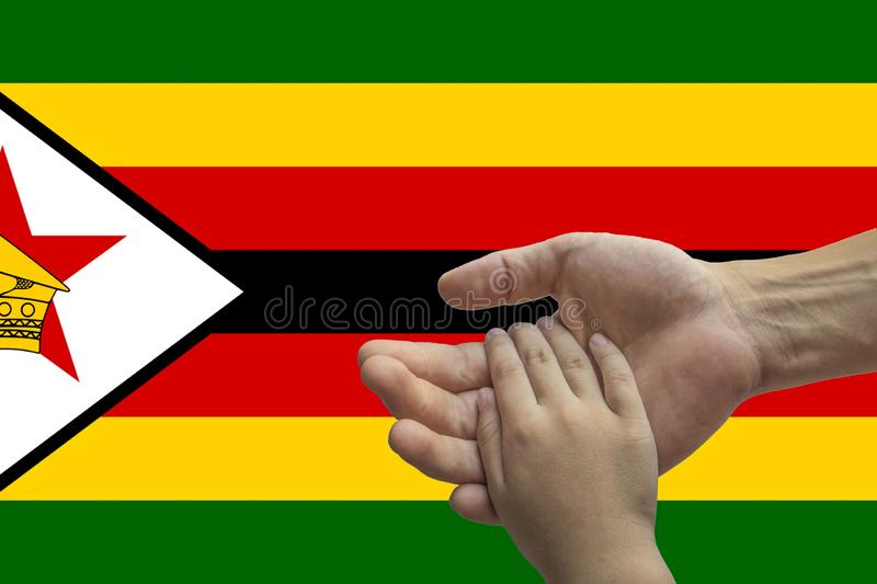 Bandera de Zimbabwe, integración de un grupo multicultural de gente joven imágenes de archivo libres de regalías