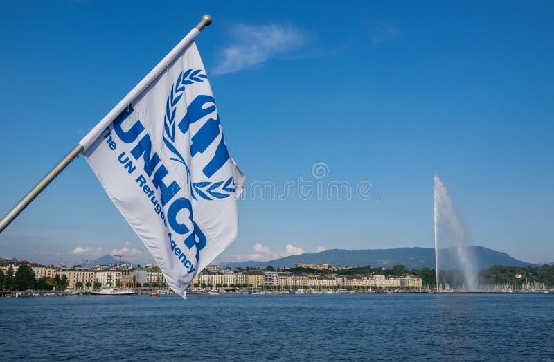 Bandera del alto comisario de Naciones Unidas para los refugiados (ACNUR) que agitan en el viento en el lago geneva imagenes de archivo