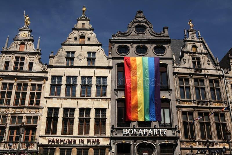 Bandera del arco iris en Amberes, Bélgica fotos de archivo
