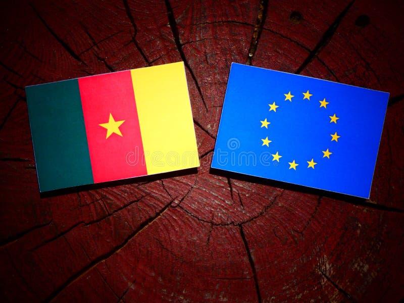 Bandera del Camerún con la bandera de la UE en un tocón de árbol aislado imagenes de archivo
