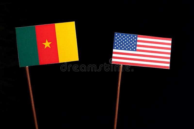 Bandera del Camerún con la bandera de los E.E.U.U. en negro imagenes de archivo
