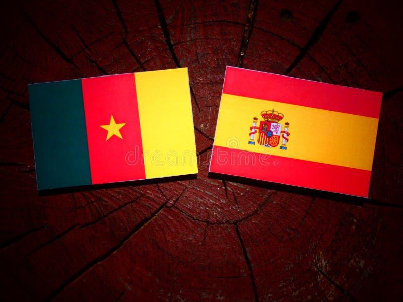 Bandera del Camerún con la bandera española en un tocón de árbol foto de archivo