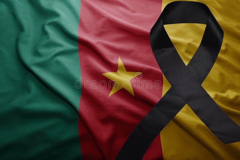 Bandera del Camerún con la cinta de luto negra foto de archivo