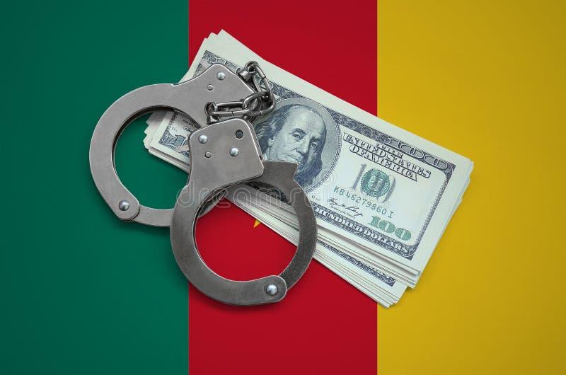 Bandera del Camerún con las esposas y un paquete de dólares Corrupción de la moneda en el país crímenes financieros imágenes de archivo libres de regalías