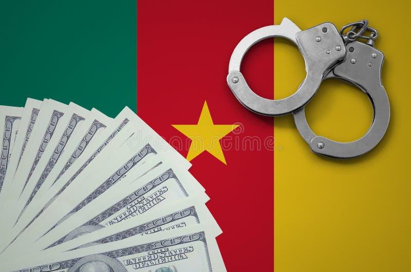 Bandera del Camerún con las esposas y un paquete de dólares El concepto de transacciones bancarias ilegales en moneda de los E.E. fotografía de archivo libre de regalías