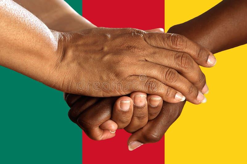 Bandera del Camerún, integración de un grupo multicultural de gente joven imagen de archivo libre de regalías
